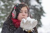 吹蓬松雪花的女孩 — 图库照片