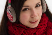 女孩在冬季户外配戴耳塞 — 图库照片