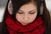 Garota usando tampões para os ouvidos ao ar livre no inverno — Foto Stock