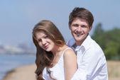Gelukkige paar op het strand — Stockfoto