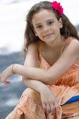 милая маленькая девочка позирует на детской площадке — Стоковое фото