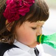 Small girl drinking water from bottle — Stockfoto