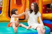 Sorelle giocando con la bacchetta di bolla — Foto Stock