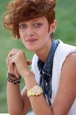 Улыбающаяся Хипстер девочка с кольцо с кромкой — Стоковое фото