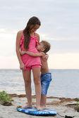 Syster och bror kramar varandra — Stockfoto