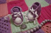 Nice baby's bootees on crochet blanket — Foto Stock