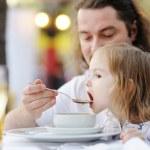 père nourrir sa petite fille — Photo