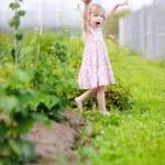 petite fille couchait dans un jardin — Photo