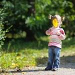 adorable bambin dans un parc en automne — Photo