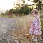 fille adorable bambin dans une robe à fleurs — Photo