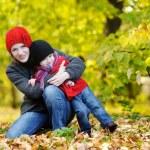 jeune mère et sa fille de bambin à l'automne — Photo
