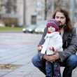 Young father and his toddler girl at autumn — ストック写真
