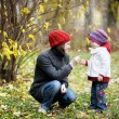 Young mother and her toddler girl in autumn — Stock fotografie
