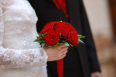 Bruid houden witte bruiloft bloemen boeket — Stockfoto