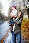 Padre e hija se divierten día de otoño — Foto de Stock