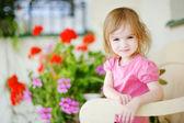 ładny mały dziewczyna portret na zewnątrz — Zdjęcie stockowe