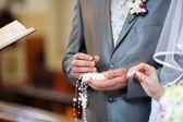 ženich je drží snubní prsten — Stock fotografie
