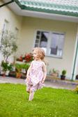 Очаровательны маленькая девочка во дворе — Стоковое фото