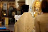 Sacerdote ortodoxo durante la ceremonia de la boda — Foto de Stock