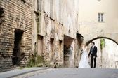 Bride and groom walking in a town — Foto Stock