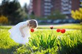 Adorable petite fille, sentant une tulipe — Photo
