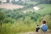 Adorable girl and a cat outdoors — Stock Photo