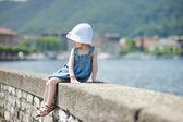 Barnet sitter på en sten Balustrad — Stockfoto