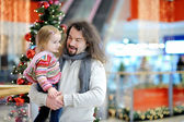 Father and his girl in shopping mall on Christmas — Stock fotografie