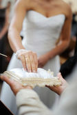 花嫁、枕からリングを取る — ストック写真