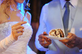 Bride and groom eating cake — Stock Photo