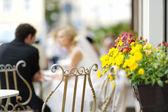 Pěkné květy s nevěstou a ženichem na pozadí — Stock fotografie