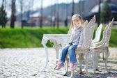 愛らしい幼児少女の肖像画の屋外 — ストック写真