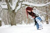 Jonge vrouw in winter forest — Stockfoto