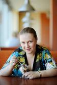 カフェの魅力的な若い女性 — ストック写真