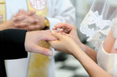 Bride putting a ring on groom's finger — Stok fotoğraf