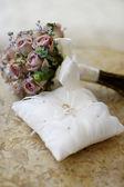 Alianças de casamento em um travesseiro — Foto Stock