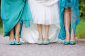 Невеста и подружка невесты показать свои туфли — Стоковое фото