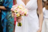 Brud holding en bröllop bukett — Stockfoto