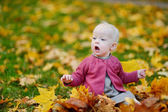 Adorable chica divirtiéndose en un día de otoño — Foto de Stock