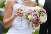 Brud holding ett glas champagne — Stockfoto