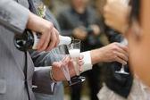 Nalil do sklenice šampaňského — Stock fotografie