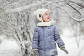 Dziewczynka zabawy w zimie — Zdjęcie stockowe