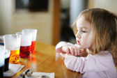 Adorable little girl coloring Easter eggs — ストック写真