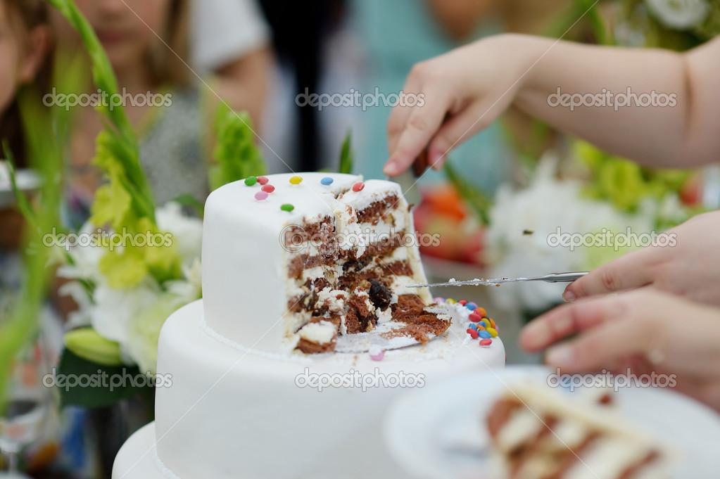 Как нарезать свадебное торты