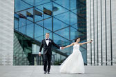 Bride and groom in a city — Stok fotoğraf
