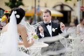 Bruid en bruidegom buitenshuis — Stockfoto