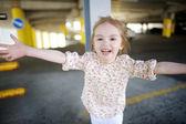 Bedårande liten flicka stående utomhus — Stockfoto