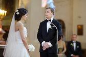 新郎和新娘在教堂 — 图库照片