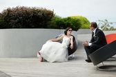 Nevěsta a ženich v městě — Stock fotografie