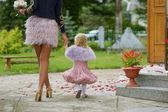 Adorável pequena dama de honra no casamento — Foto Stock